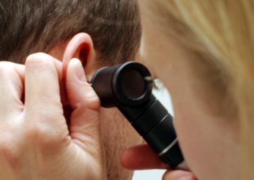 Отоларинголог поможет избавиться от паразита в ухе
